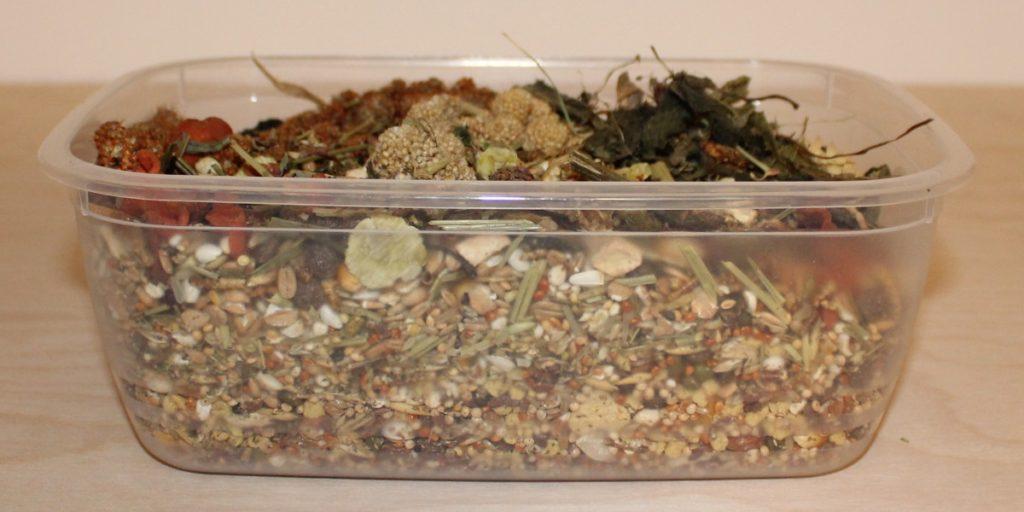 Tockenfutter in einer Kunststoffdose lagern